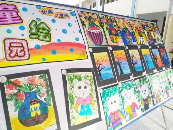 为更好的诠释童真教育理念,营造快乐、浓郁的读书氛围。5月19日,郑州市二七区幸福路小学南校区(佛岗小学)举行了徜徉书海 润泽童年书香班级评比活动。 本次活动由动态展和静态展两部分组成。曾在全国啦啦操联赛(小学组)中取得双料冠军的该校小水滴啦啦操队拉开了动态展部分的序幕。活泼可爱的孩子们表演的歌曲伴舞《花木兰》,将现场观众带进了诗情画意的境界。绘本表演《你是我的妈妈》用幽默可爱的语言、传神的动作把整个动态展部分推向了高潮,引来了观众们的阵阵掌声。 静态展上。一个个小小解说员使出浑身解数,运用流利的口才