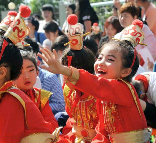 郑州瑞锦小学文化艺术节开幕 83岁高龄戏曲名家点拨小戏迷
