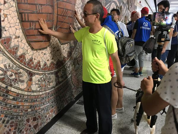 郑州 地铁 我是/视障人士触摸郑州地铁新变化。