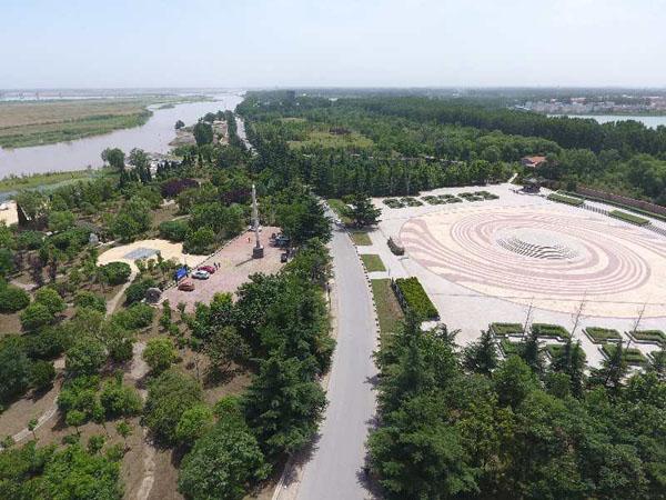 位于郑州市区北郊18公里处的黄河南岸的黄河花园口水利风景区,全长10余公里,占地600多公顷,以其深厚的黄河文化底蕴、优美的自然风光、雄伟壮观的防洪工程,见证了花园口人民治黄取得的业绩。 相传在北宋时期,黄河在这里决了一次口,官府组织大量的民工费了几年的时间才把决口堵住,大多数堵口修堤的民工不少是灾民,早已无家可归,等把河水堵住,有的干脆就不走了,据此开荒种地,成家养孩子,慢慢的人多了,就成了一个村庄,取名叫桂家庄,到了明嘉靖年间,黄河岸边许家堂村出了一个吏部尚书,名叫许赞的人,在这里修建了一座花园,种植